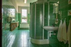 Umývárna se sprchovým koutem