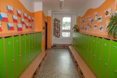 Šatna školy s prezentací dětských výtvarných prací